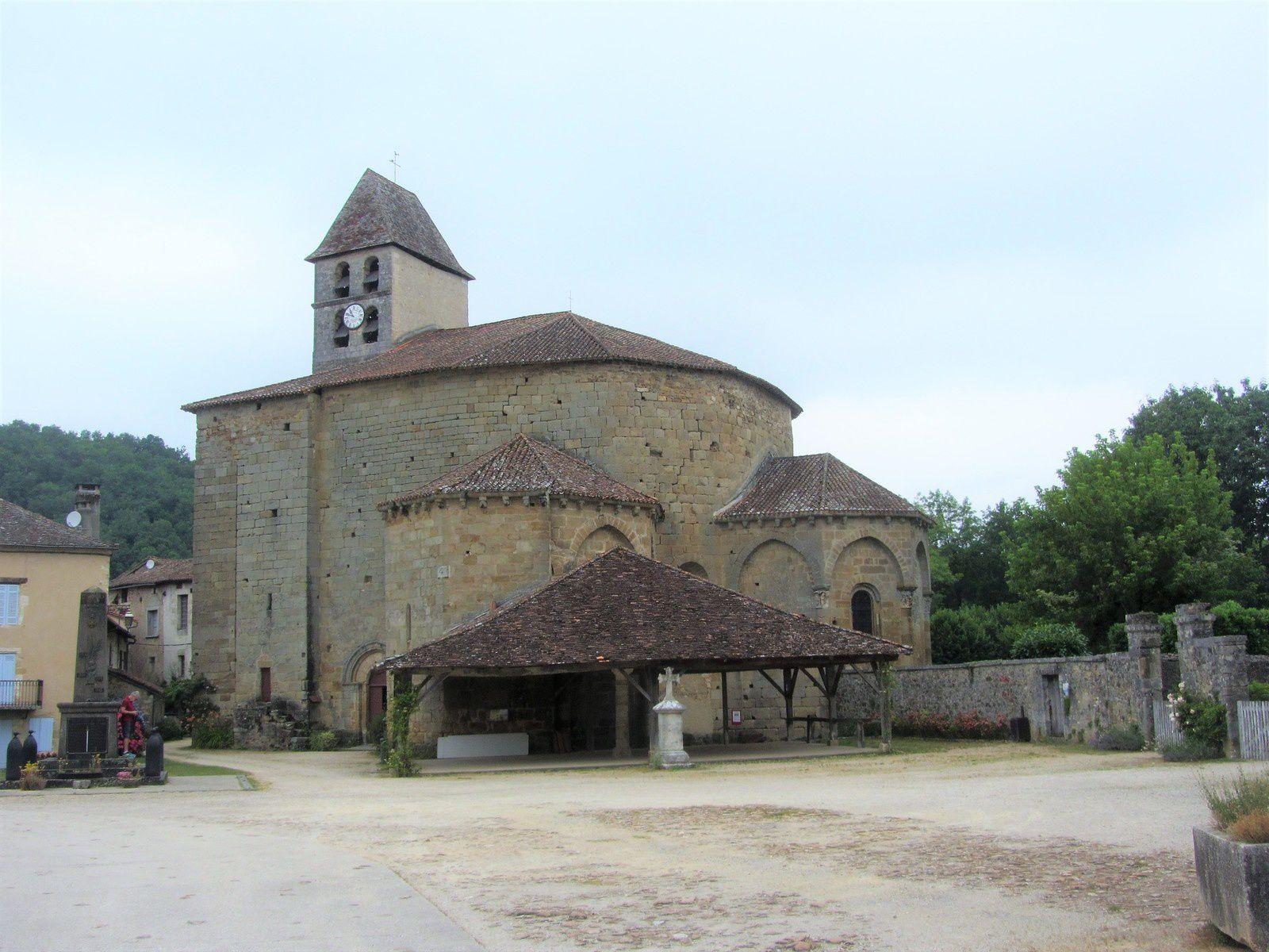"""""""Au pied du mur gouttereau du chœur de l'église de Saint-Jean-de-Côle reposent quatre sépultures à répit. Il s'agit de sarcophages de la taille d'un nouveau-né. Au Moyen Âge, où la mortalité infantile est importante, les enfants morts nés ou en bas âge n'ont souvent pu être baptisés. Installés au sein de logettes à répit, ils recevaient directement du toit de l'église l'eau de pluie ruisselante considérée comme bénite. Le baptême devenait effectif au bout de quelques mois et les enfants pouvaient enfin être enterrés au cimetière."""""""