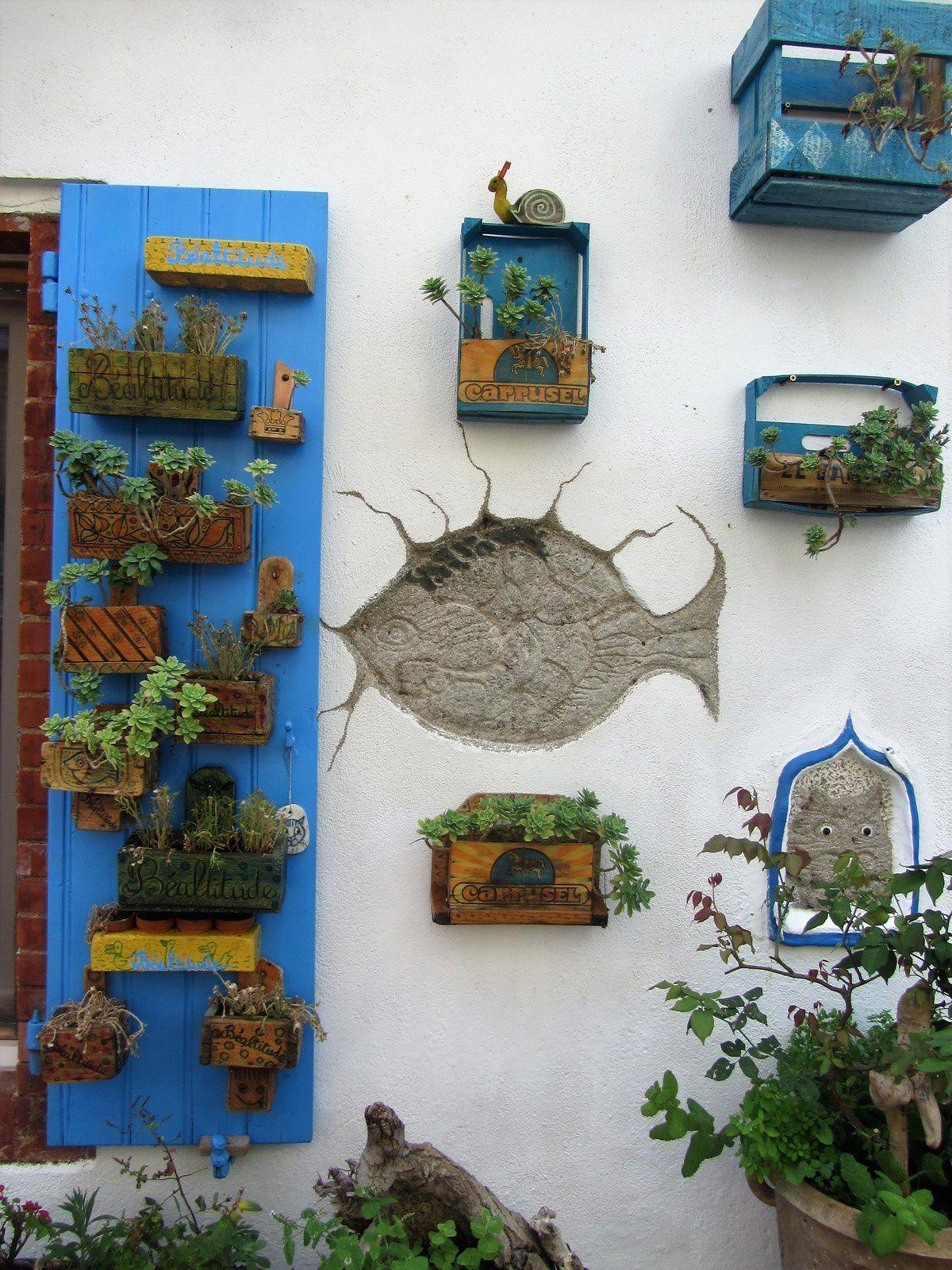 Ils sont superbement mis en valeur sur la blancheur du mur . On pourrait se croire en Grèce au bord de la mer.
