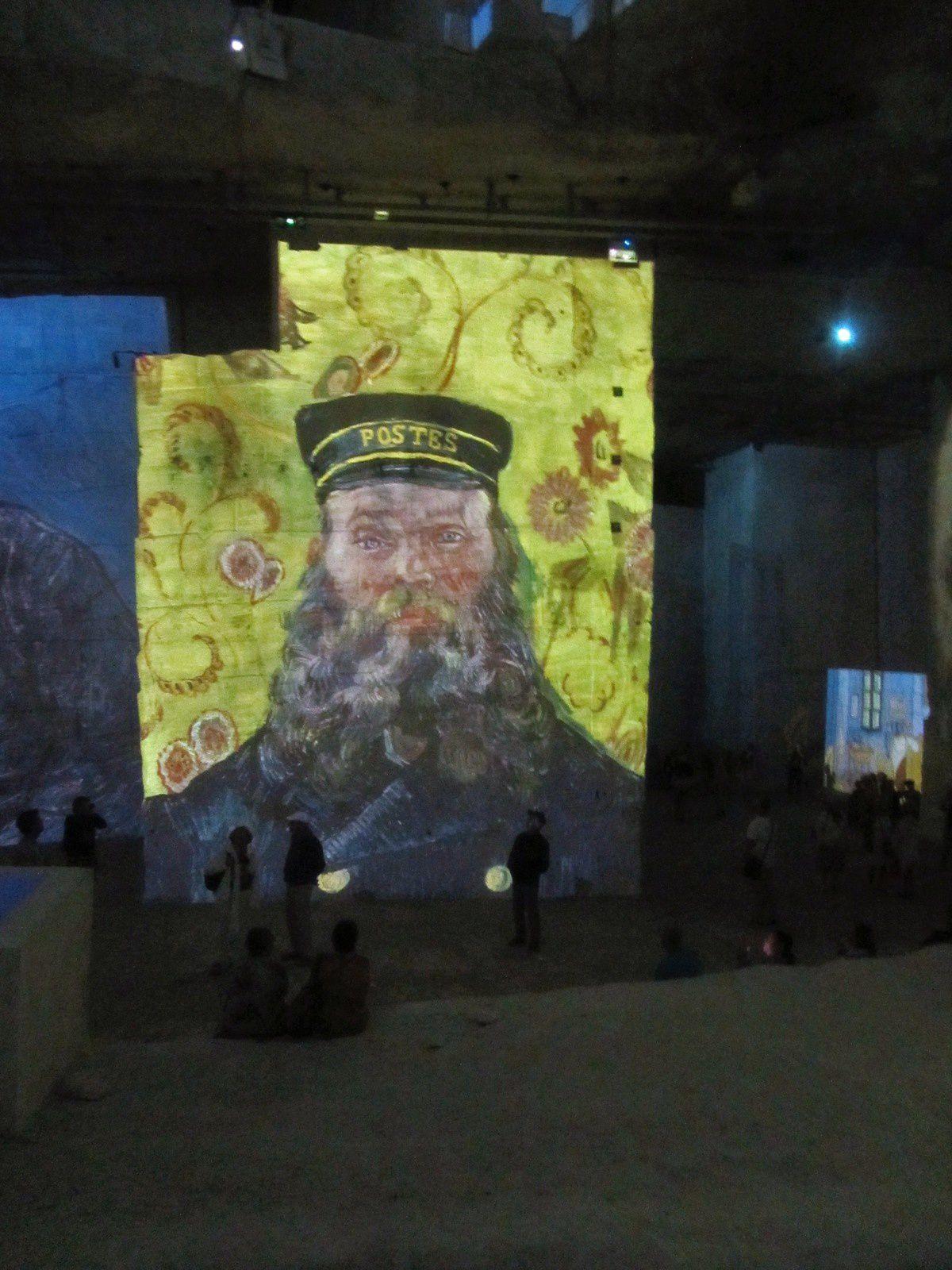 ça me rappelle le très beau portrait du facteur peint par Van Gogh. L'artiste en quète de modèle l'avait rencontré au café de la gare, et l'avait peint au moins 6 fois (presqu'une collection !)