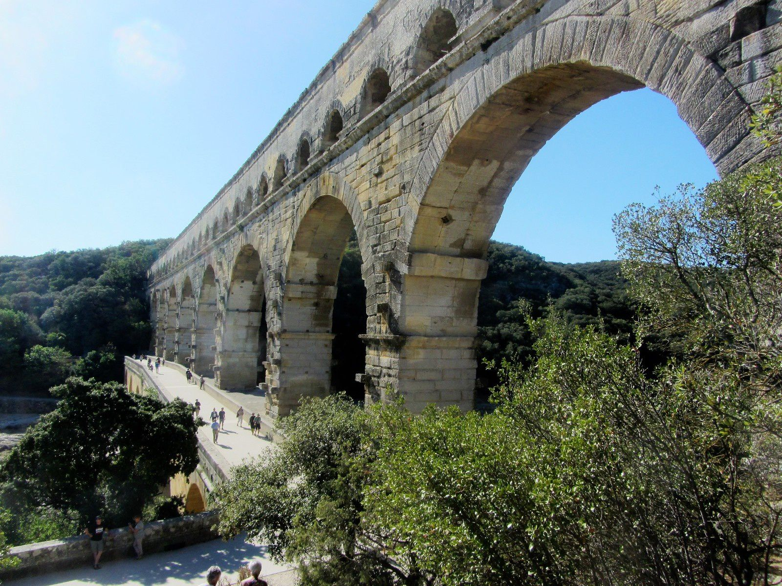 Le pont du Gard est un pont à trois niveaux destiné au passage d'un aqueduc romain.