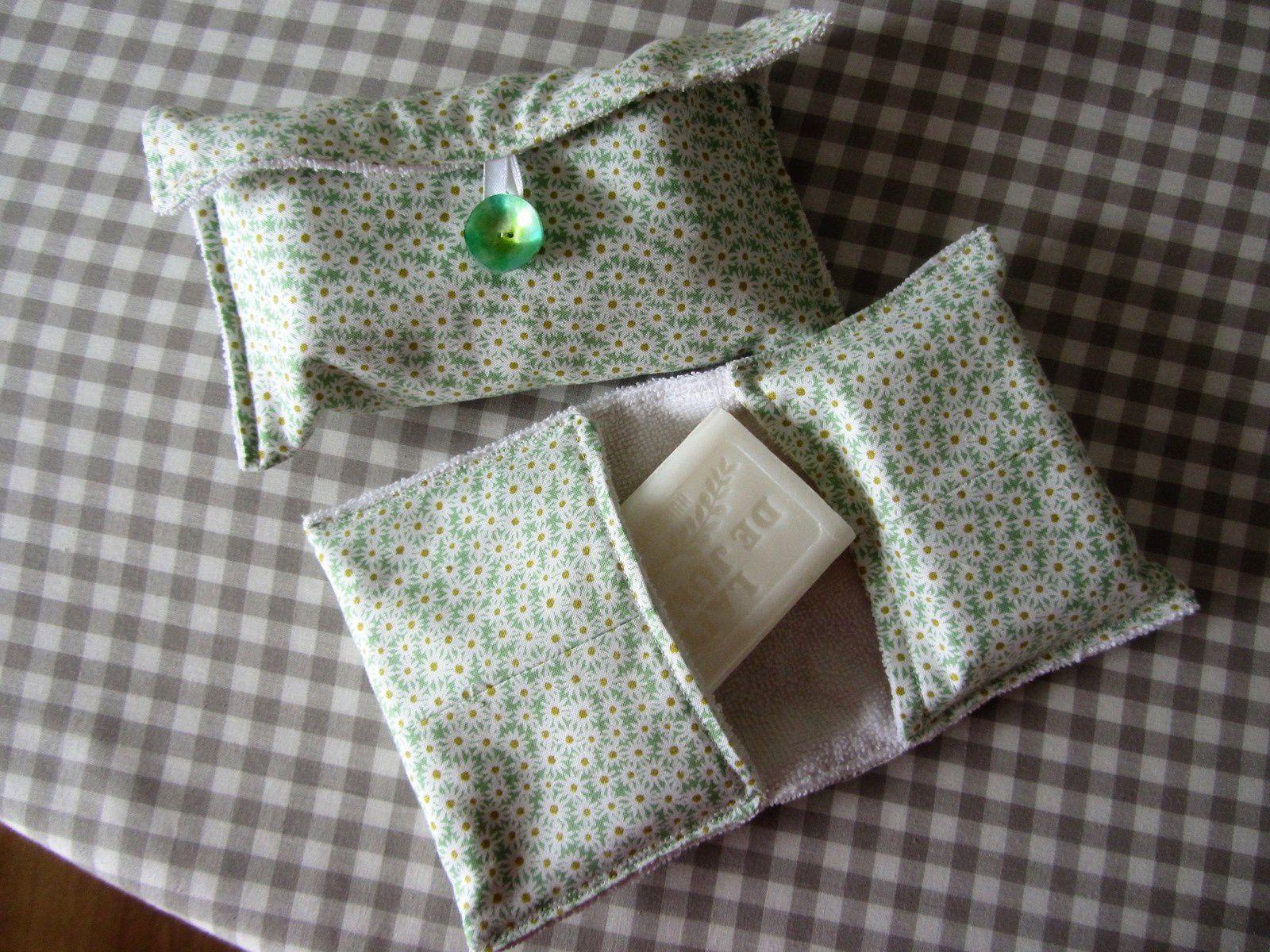J'ai également fabriqué deux petites pochettes. La première pour transporter le savon. Plus de gel douche qui génère trop de déchets avec les emballages plastiques.