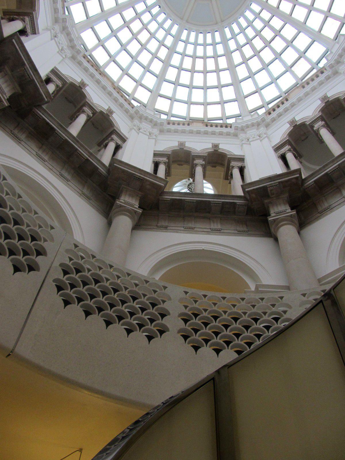 Mais avant de vous donner un aperçu de ses collections, Je voulais vous faire partager l'exceptionnelle architecture avec sa coupolle qui éclaire l'entrée du musée. Des archives retrace son histoire. Le musée n'a pas été épargné pendant les bombardements de la seconde guerre mondiale.
