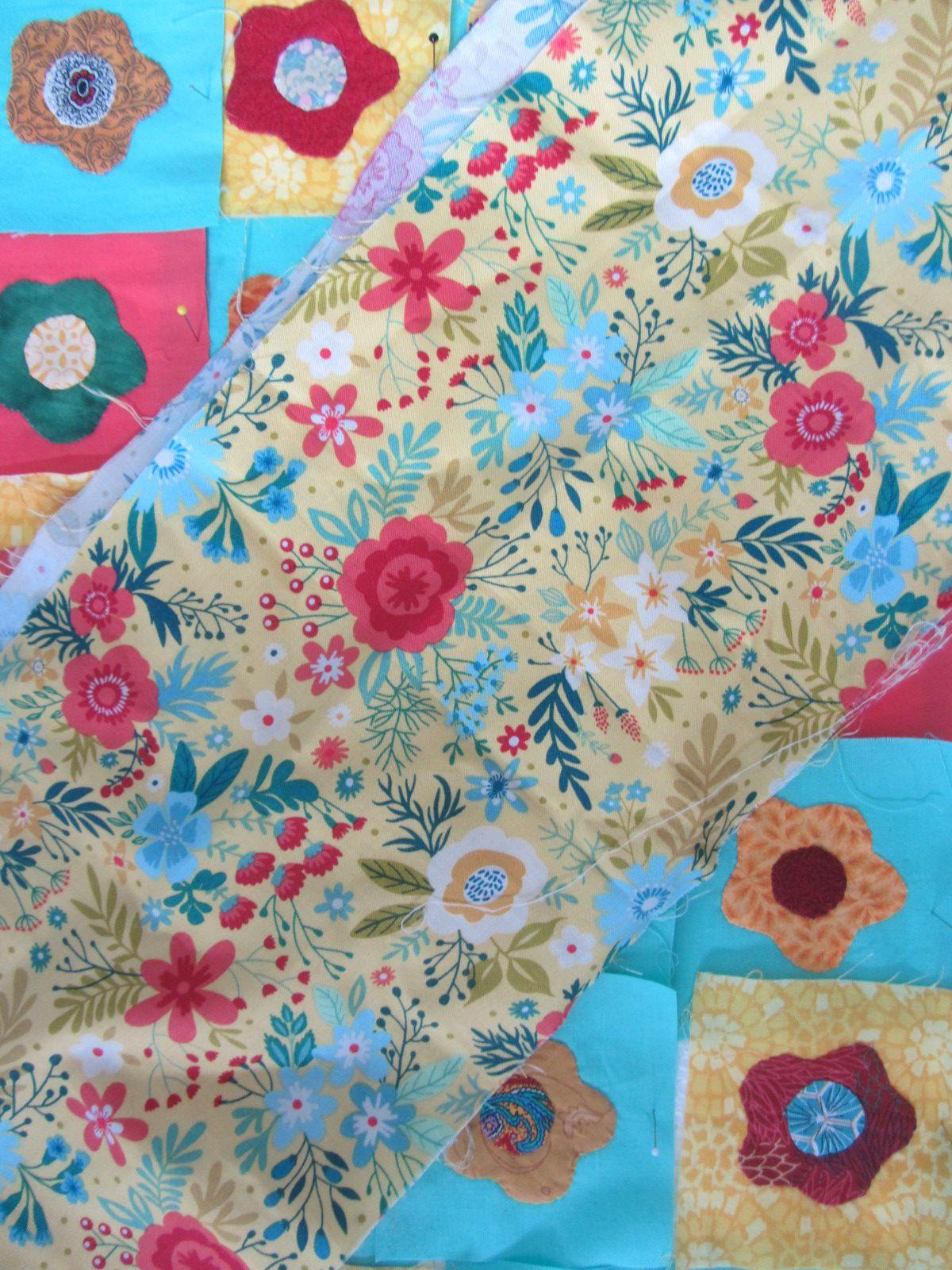 Personnellement j'ai décidé de faire une fleur en appliqué par jour de confinement. Mon point de départ étant ce tissu pour me guider dans le choix des couleurs.