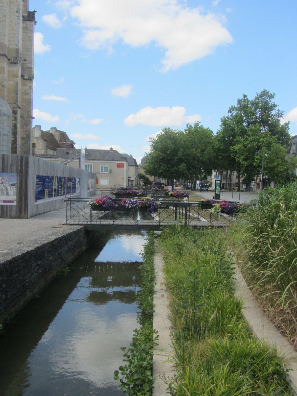 Comme je vous le disai lors du précédent article concernant la cité médiévale de La Ferté-Bernard. La ville a un charme pittoresque, avec ses nombreux canaux et ses belles maisons anciennes.