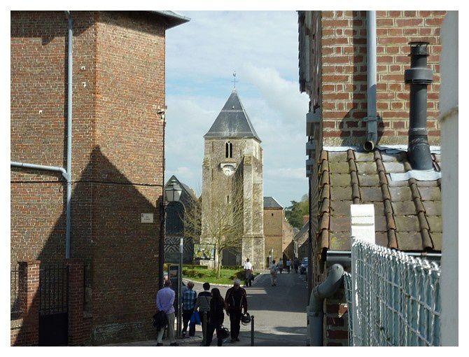 église consacrée en 1500 ...murs en damier, alternant silex taillés et pierres
