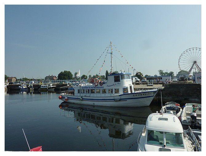 le bateau pour la baie de seine et le pont de Normandie