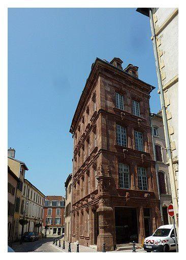 La maison du Marchand, du xviiie siècle, chef d'œuvre de l'architecture classique en grès rose des Vosges. détail de la sculpture au dessus du pilier central