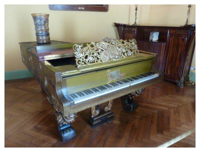 piano exécuté par les facteurs de piano Mangeot, associés aux Américains Steinway, et décoré par Auguste Majorelle. Il est présenté à l'Exposition Universelle de Paris en 1878.