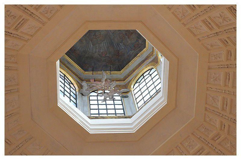 coupole en trompe-l'œil de La chapelle Notre-Dame de Lorette, chapelle funéraire des Ducs de Lorraine,  accolée au niveau du chœur. L'édifice fut construit de 1609 à 1612, dans un style baroque italien.