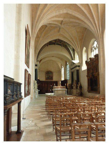 grande nef unique, typique de l'architecture des églises des Cordeliers, était décorée de nombreux vitraux (dont certains fragments sont visibles au musée Lorrain), ainsi que de fresques dont il reste une travée intacte au niveau du chœur.