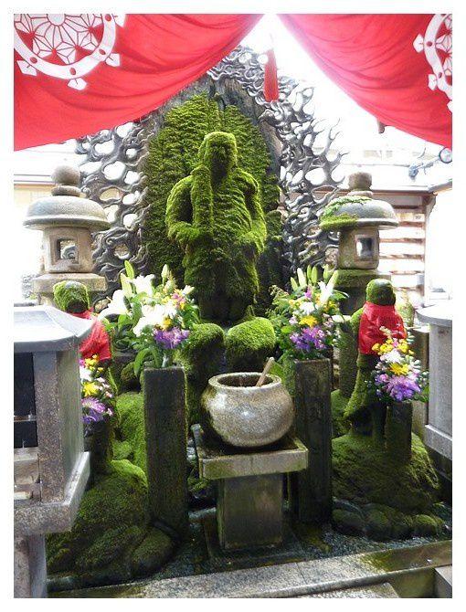 Fudo-Myo-o statue de Bouddha, couverte de mousse ... Le croyant jette une louche d'eau sur la statue et la regarde couler vers le bas, espérant que son vœu sera exaucé et son âme purifiée par ce rituel.