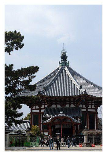 Le nanendō (南円堂), bâtiment également octogonal au Sud du bâtiment principal, fut fondé en 813 et reconstruit en 1789. Sa lanterne de bronze est d'époque.