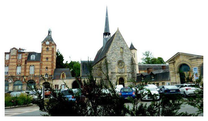 ancienne mairie, vieille église Saint Nicolas et entrée du château à droite