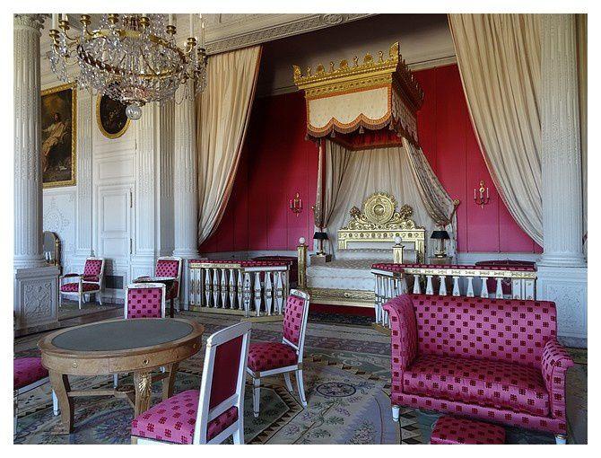 Chambre de l'Impératrice. Chambre créée en 1691 à l'emplacement de 4 petites pièces et destinée à Louis XIV, puis au grand dauphin; au XIXe S, Elle fut affectée à Madame Mère, puis à l'Impératrice Marie Louise enfin à la reine Marie Amélie (épouse de Louis-Philippe Ier)