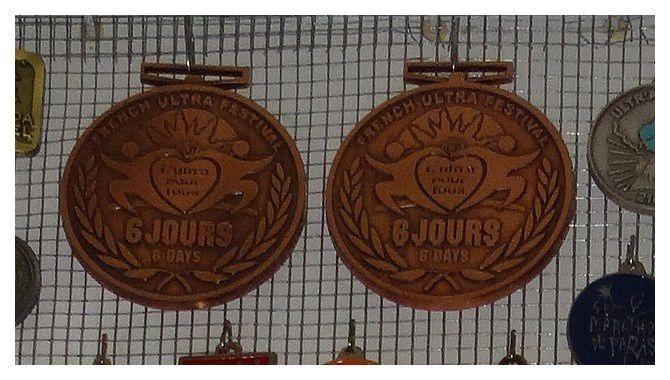 """les 2 médailles des """"6 jours d'Antibes"""" 2010 et 2011 (tout en haut sur la 1ère photo)"""