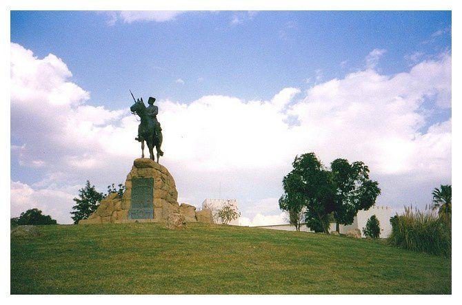 statue équestre du cavalier du Sud-Ouest (Reiterdenkmal) 1912 ou Rider Memorial  commémore la victoire de la troupe coloniale allemande lors de l'insurrection des Hereros et des Namas.  Il est considéré comme le monument le plus photographié de Windhoek avec l'église luthérienne.