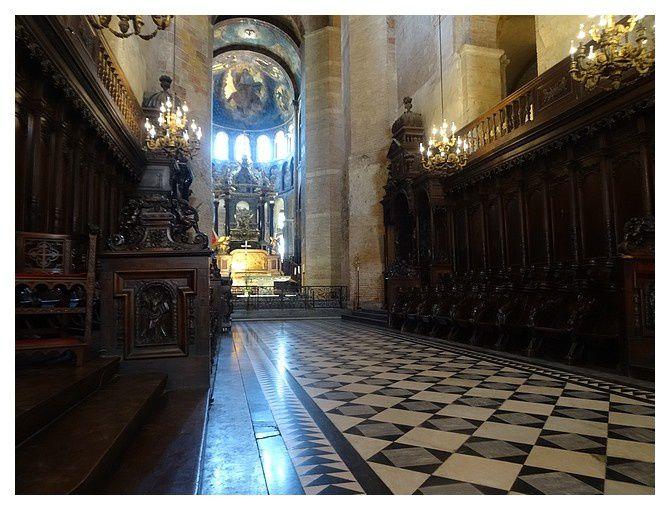 dans le chœur, les stalles et le tombeau de Saint Sernin