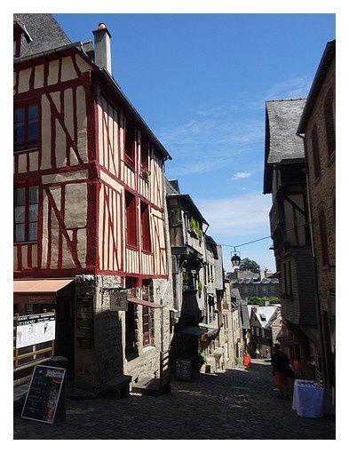 rue en forte pente vers la Rance par la porte de Jerzual