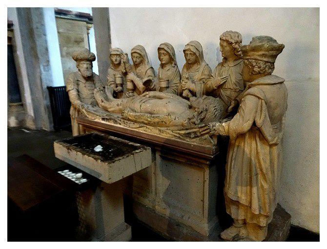 sculpture du début du XIVe S; l'enterrement du Christ, à l'origine elle était peinte de couleurs vives.