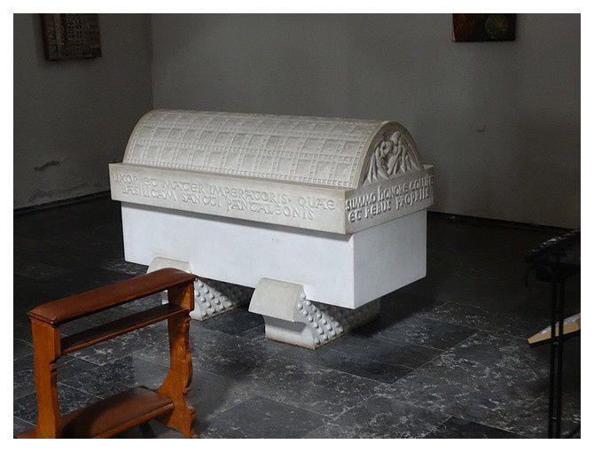 Sarcophage moderne de l'impératrice Théophano / Théophano Skleraina (955-991)  impératrice consort du Saint-Empire et l'une des souveraines les plus influentes du Moyen Âge. Elle régna onze ans aux côtés d'Otton II et sept ans comme régente de son fils.
