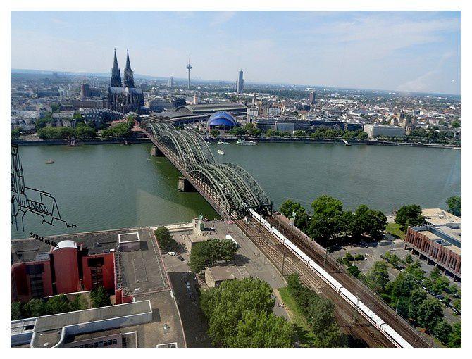 """côté Ouest : le musée Ludwig à gauche de la cathé ; à droite la gare centrale et le """"musical dôme"""""""