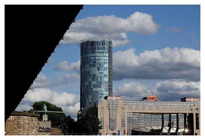 sous le pont Hohenzollern; et la tour Triangle