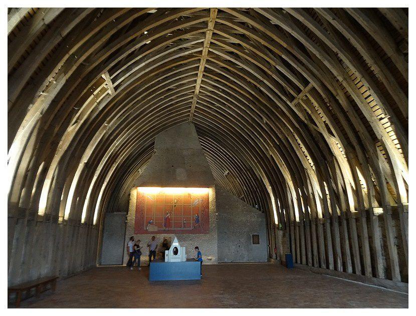 charpente de la salle des gardes, du XVème s, au 3/4 d'origine, assemblée en berceau brisé (architecture gothique)