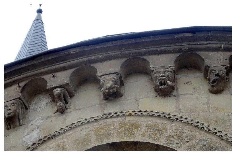le chevet du XIIe siècle, comporte des sculptures aux visages grimaçants