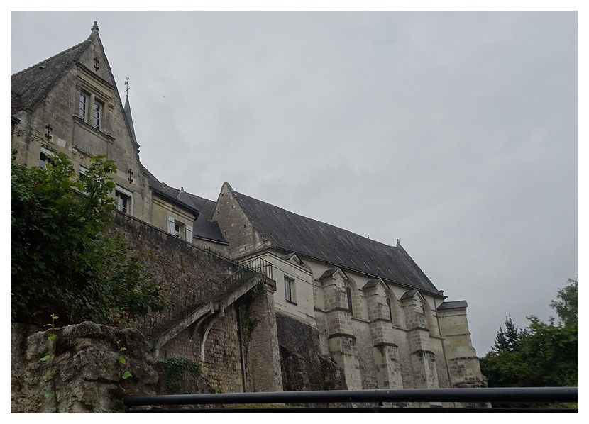 le presbytère et l'église vu du jardin au pied du côteau.