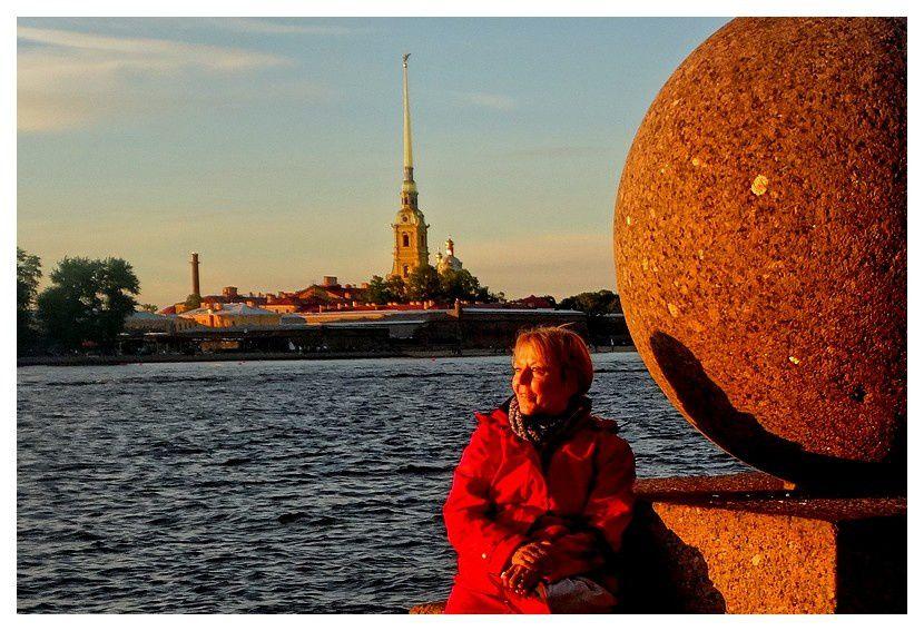 depuis la pointe de l'île Vassilievski, face à l'Ermitage, la forteresse Pierre et Paul (où sont enterrés tous les membres de la famille impériale)