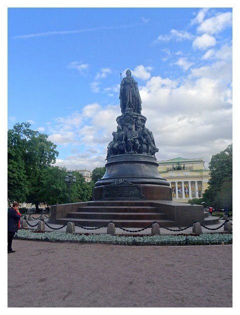 entre l'avenue Nevsky et le théâtre Alexandra : le square Ostrovsky et la statue de Catherine II de Russie.