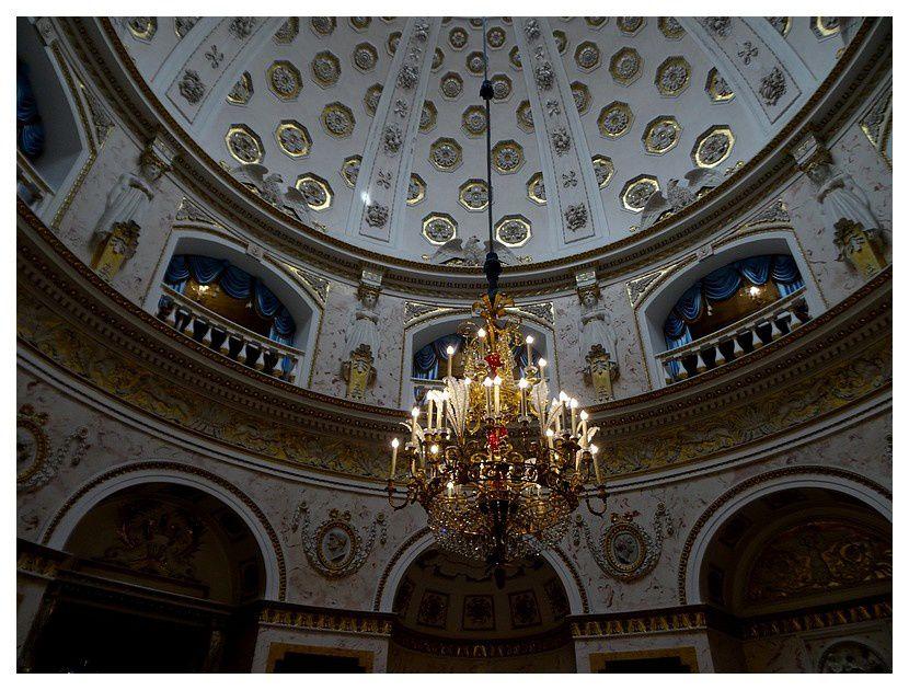 La rotonde italienne est située au centre du palais sur deux niveaux éclairés par la coupole avec un lustre central en cristal.Salon de la rotonde, dit « Salon italien ».une réplique d'un temple romain antique.      lustre de conception inhabituelle. Le cadre en bronze du lustre est superbement ciselé, sa tige est en forme de vase de verre rubis, et les festons de gouttes de cristal, les pendentifs et les «plumes d'autruche» de perles de cristal brillent comme des diamants.