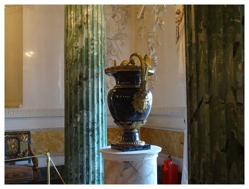 salon grec ... grand vase en jaspe d'Altaï ornés de montures en bronze doré ciselées d'une manière exquise orne la salle; il a été conçu par Andrey Voronikhin et façonné par Filipp Strizhkov, un sculpteur de pierre talentueux de l'usine de Kolyvan dans la région de l'Altaï.