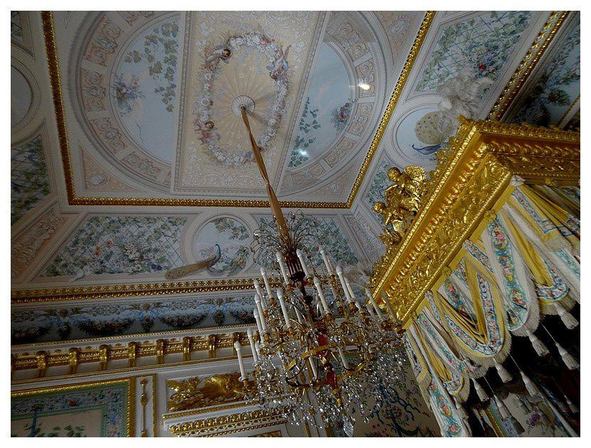 La chambre de l'impératrice : Le plafond de la chambre a été peint pour s'harmoniser avec le décor des murs.  les paons sont le symbole du bonheur conjugal.