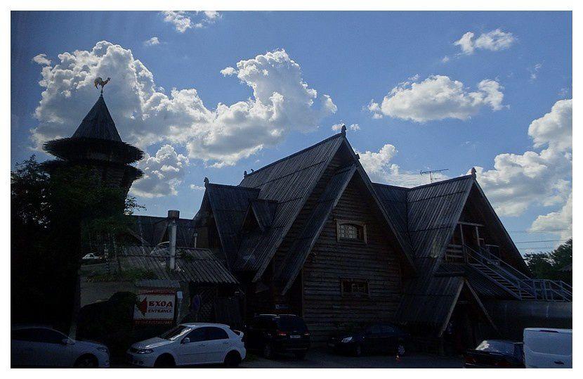 habitat traditionnel russe en bois, transformé en restaurant