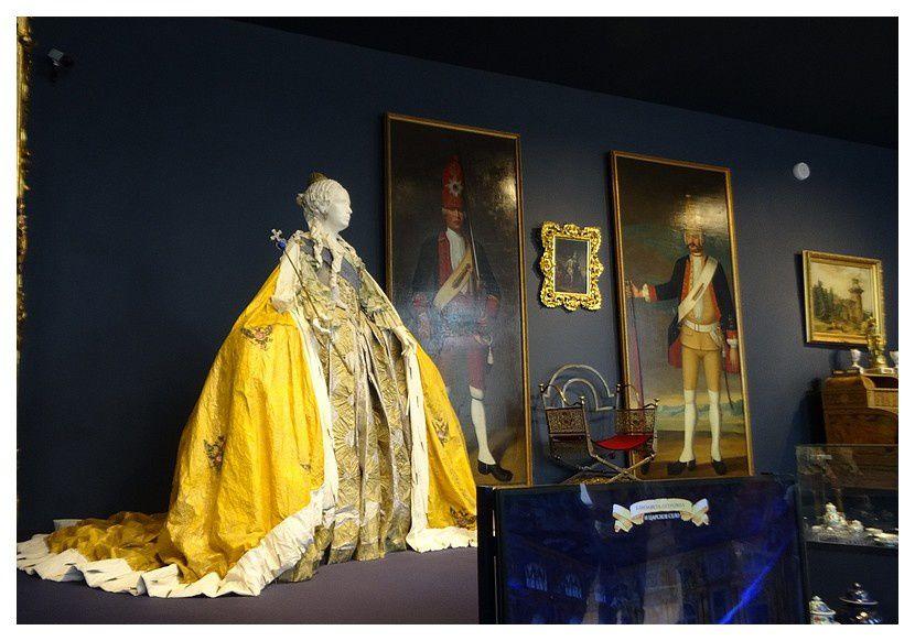 Une des magnifiques tenues de l'impératrice Élisabeth Ière, dans la salle des portraits