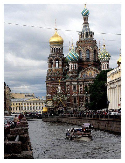 La cathédrale, le long du canal Griboïedov.