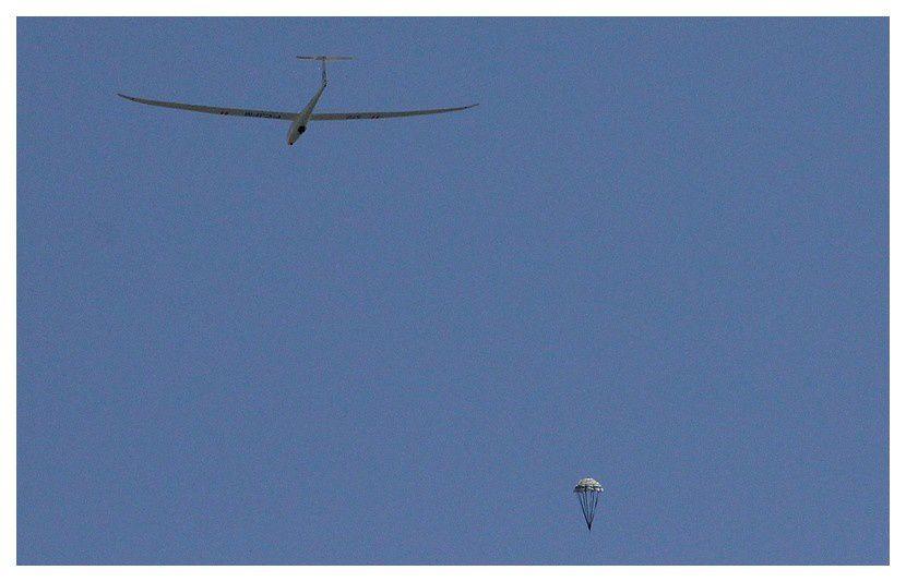 ... puis il tombe en parachute ...