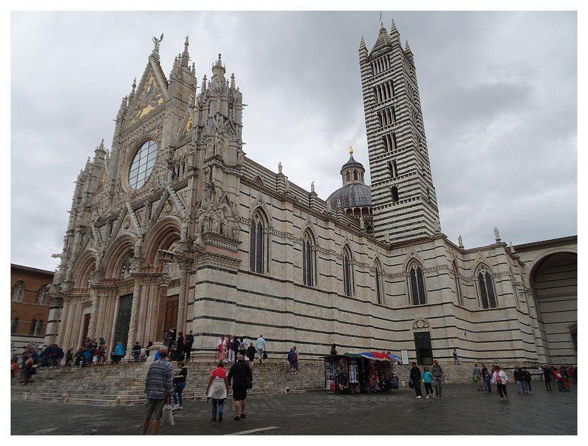 façade de marbres blanc, vert foncé (Serpentine de Figline di Prato) et rouge, et les trois portails à décors sculptés très fins sur les colonnes et les architraves