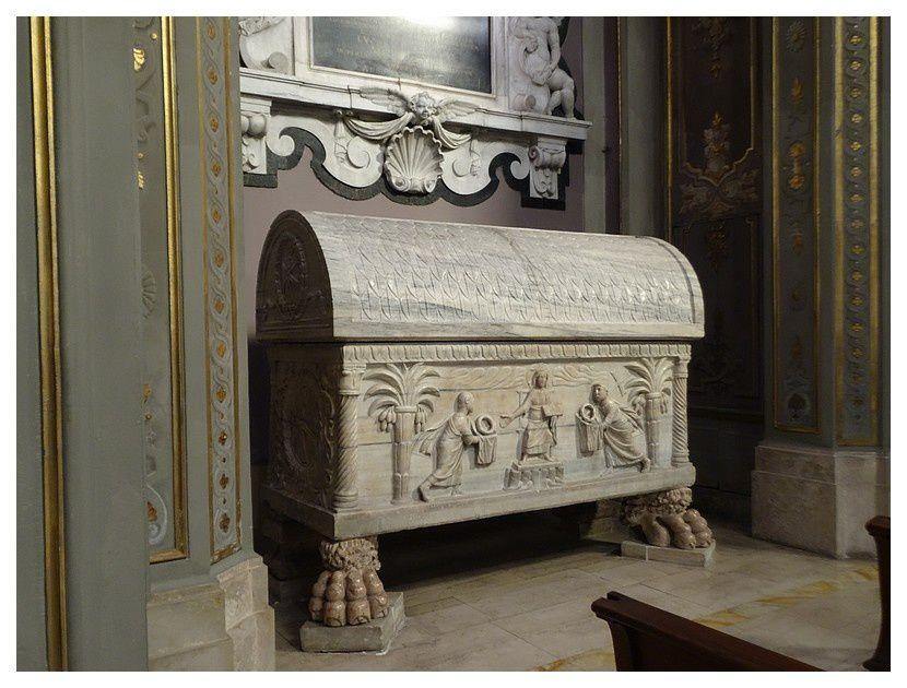la tombe du bienheureux Rinaldo; sarcophage de marbre antique Grecque daté entre 420 et 430. dans lequel fut inhumé l'archevêque de Ravenne Rinaldo de Concorezzo, décédé en  1321