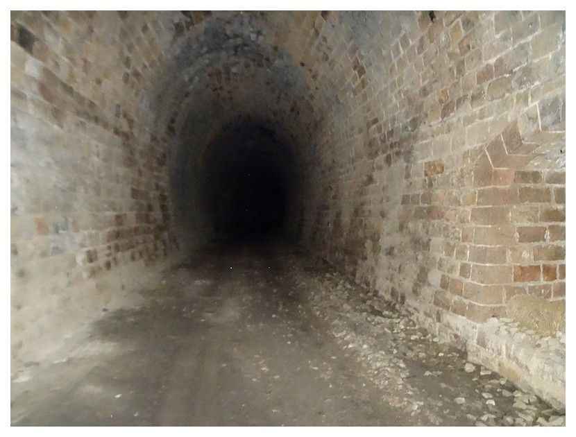 un chemin de randonnée (la grande traversée du Massif Central) qui, ici, suit une ancienne ligne de chemin de fer et passe dans un tunnel. sans lampe frontale il m'a fallu faire demi-tour.!!!
