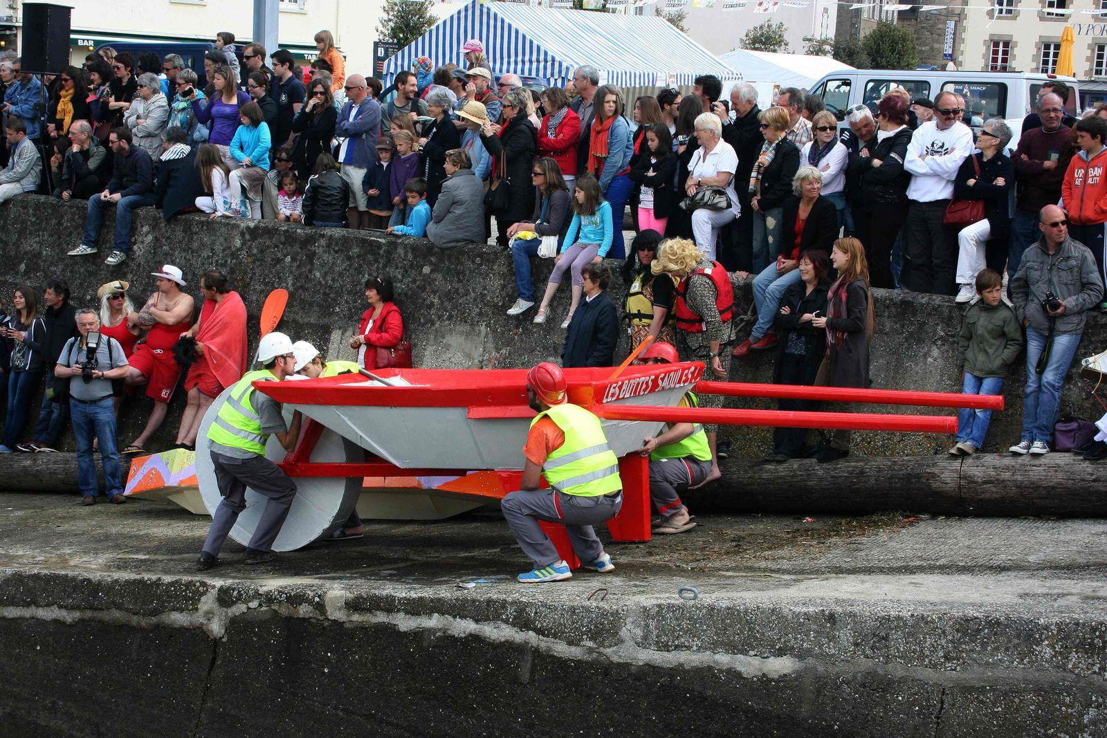 """220 -  Grande régate des bateaux en carton : Une """"première"""" réussie  à Douarnenez, Port-Rhu, 26 mai 2013"""