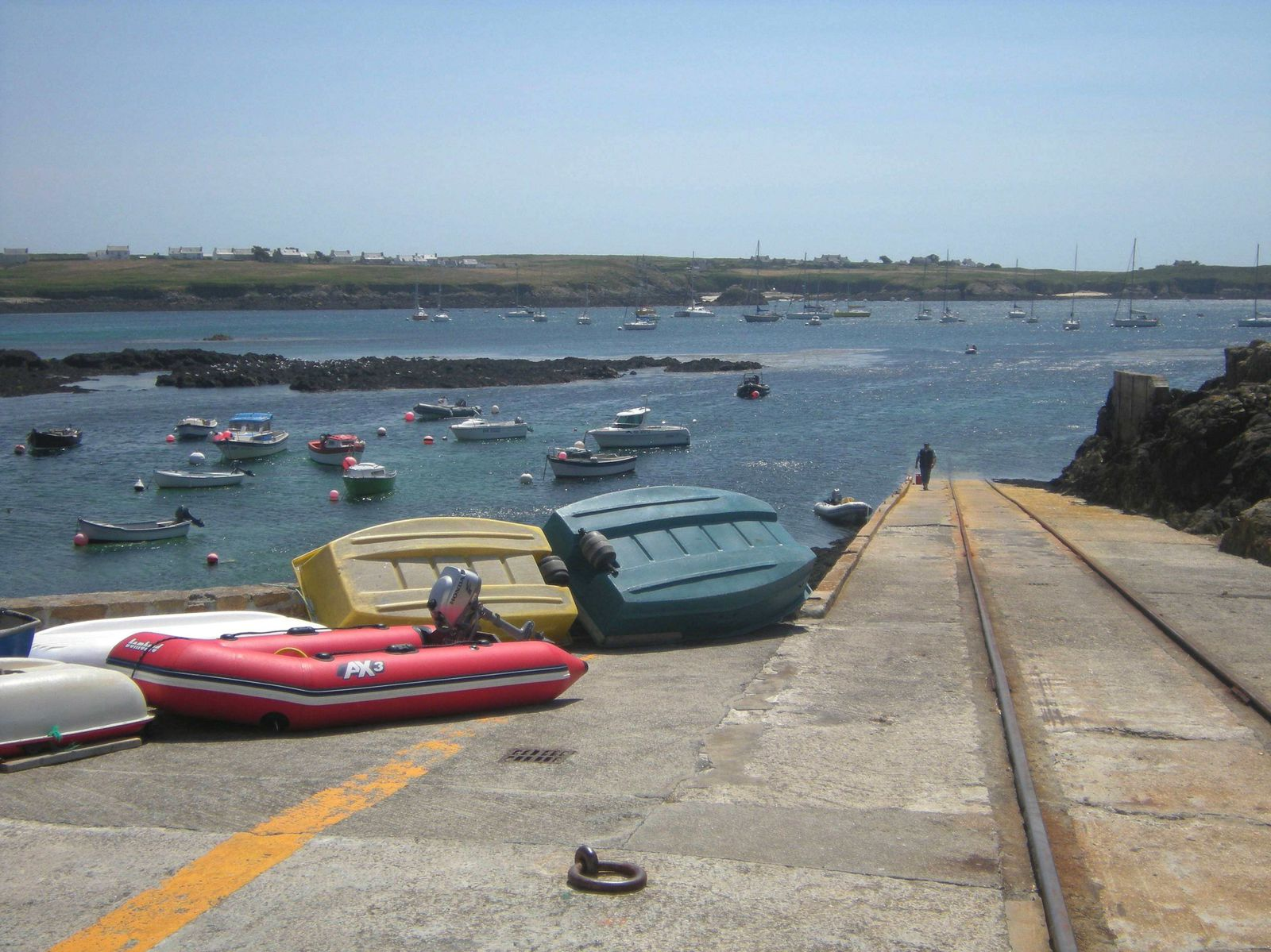 Les annexes sont mises en sécurité en haut de la rampe de lancement du canot de sauvetage.