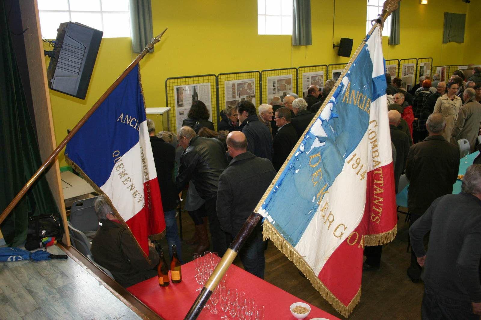 Vers 12 heures 30 on comptait déjà plus de 150 visiteurs à cette exposition.