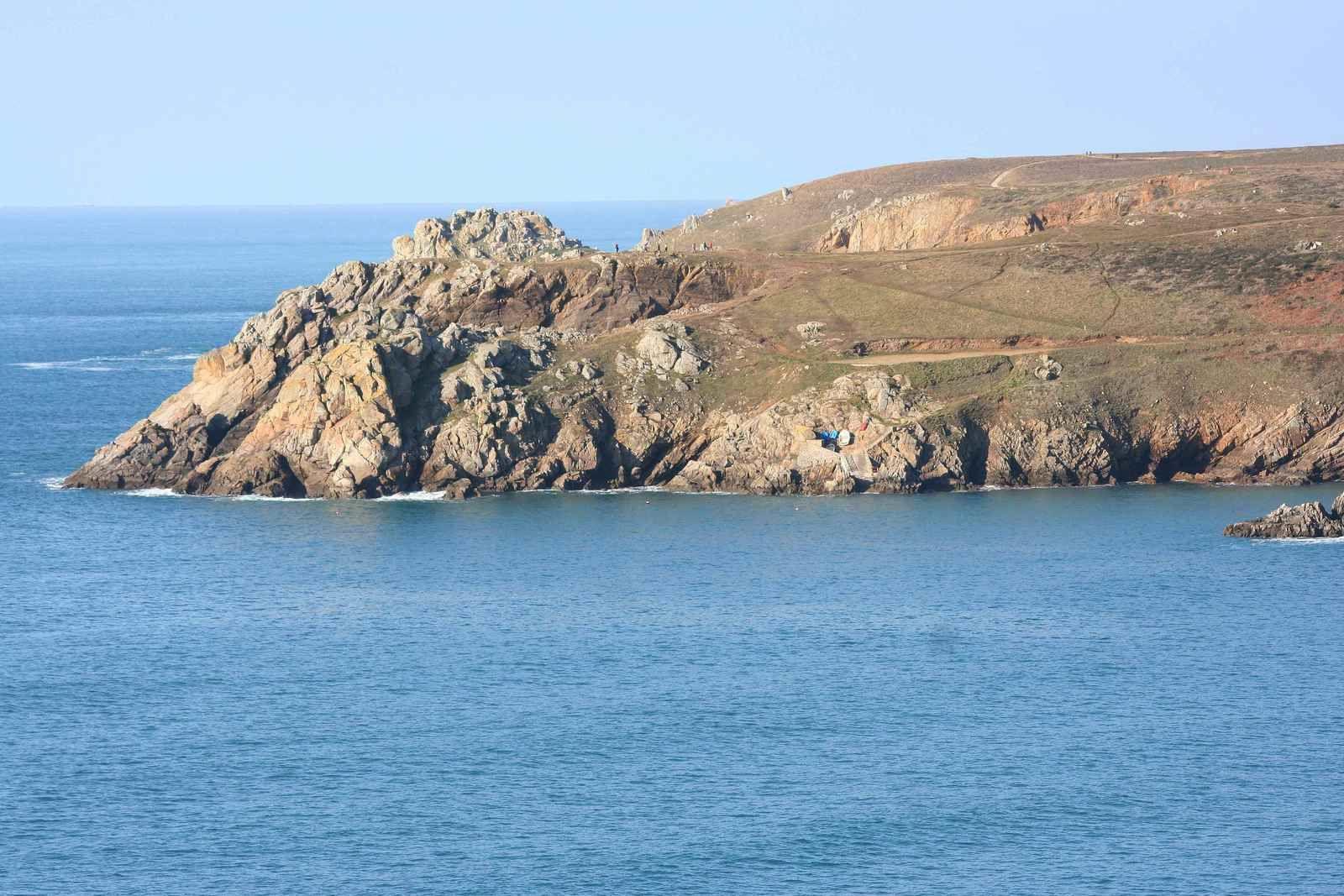 256 -  Baie des Trépassés, Pointe du Raz, sentier côtier GR 34, cale de Poul Mostrec, abri côtier du Cap Sizun, Finistère, Bretagne