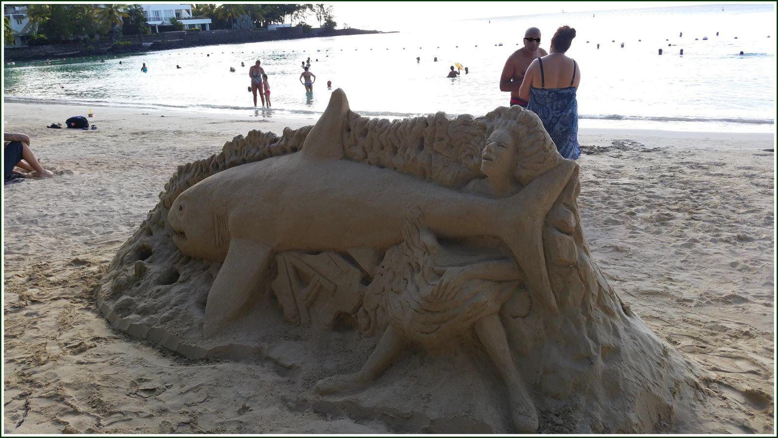 273 - Ile Maurice 21ème  mars 2016, J. Jhowry (Philippe) Le sculpteur sur sable de la plage de Péreybère photos en passant...