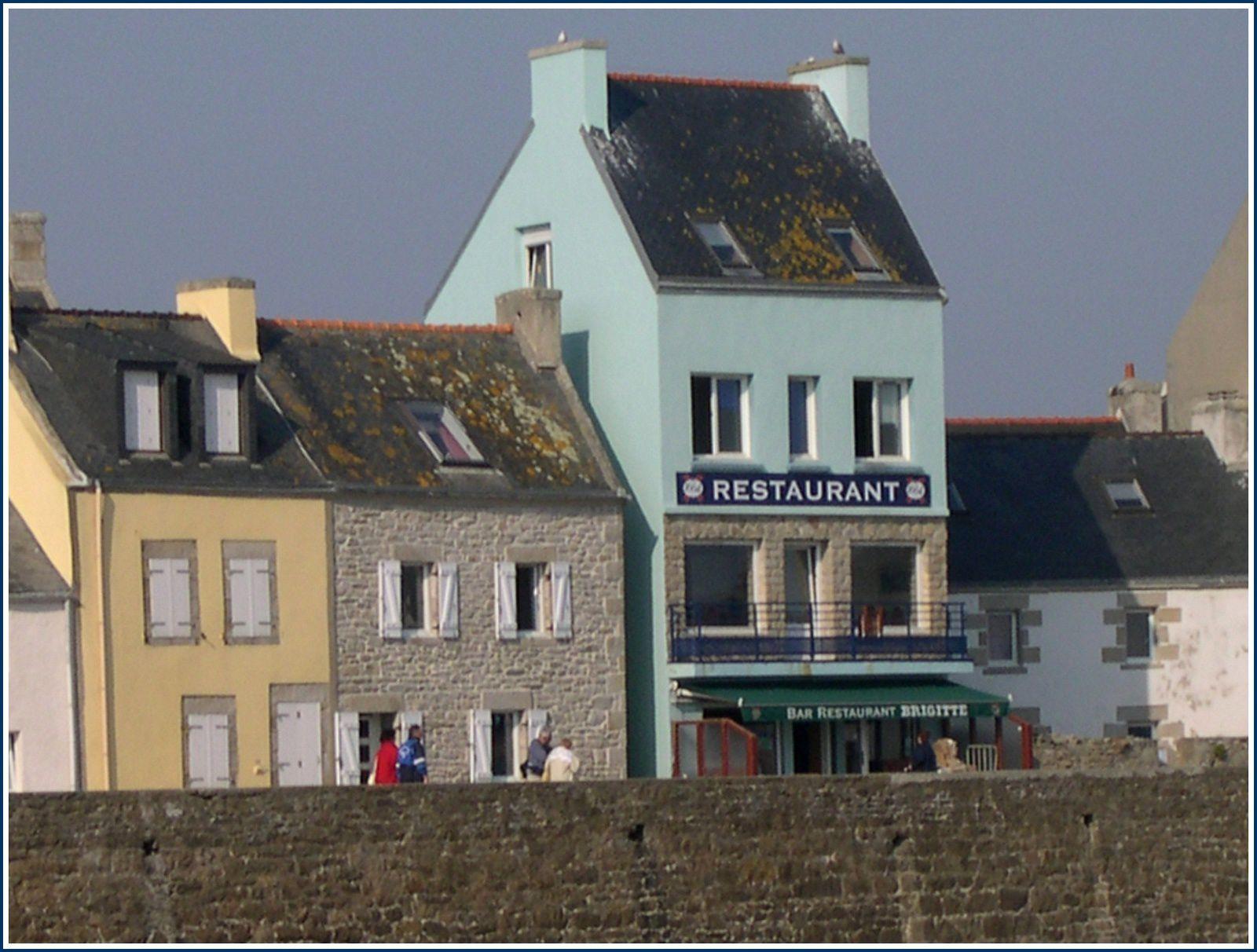 307 -  Sein : une île, un port, un village de France, un village de caractère qui force le respect, ruelles, maisons, phares, roches singulières, monument France Libre, photos © GeoMar