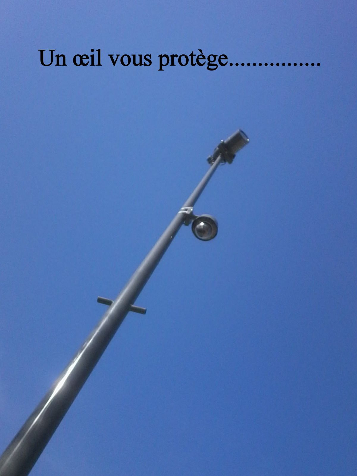 La ville de Saintes est équipée de caméras de surveillance. Certes cela ne fera pas spécialement intervenir à temps la police, mais c'est dissuasif et cela permettra d'avoir des éléments sur les auteurs de délits ou crimes.  A quelques-pas de cette caméra au jardin public un autre mystère....... Quel en est l'auteur...? Faudra demander aux caméras...:!