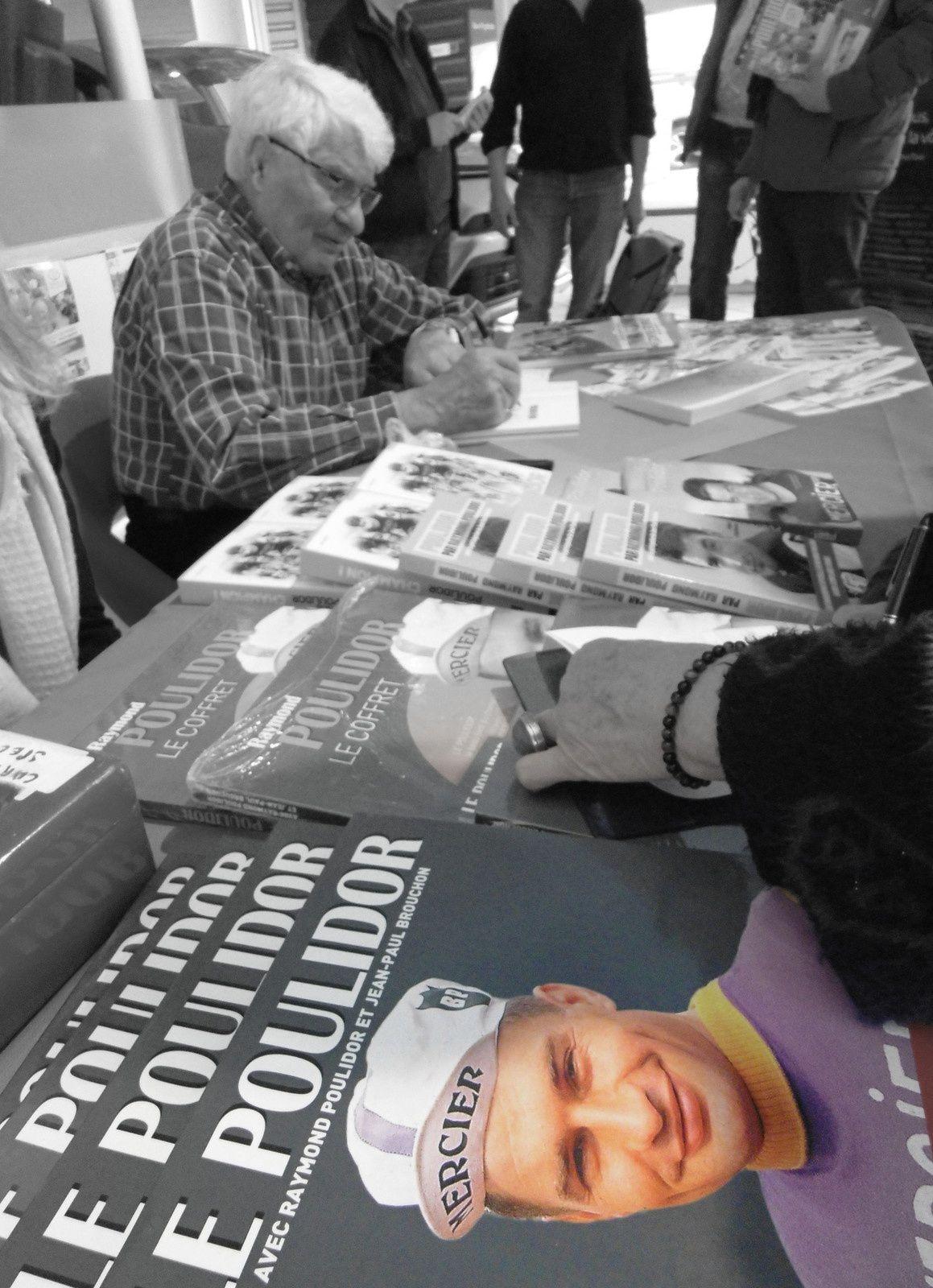 """Charentais pour quelques heures, notre """" éternel second """" né dans la Creuse en 1936, sera présent sur le cours national pour l'arrivée du Bordeaux - Saintes. """" Poupou """" n'a jamais gagné le tour de France, mais il a remporté avec brio quelques épreuves régionales.  A bientôt cher Raymond Poulidor, vous qui aviez si souvent rêvé au maillot jaune;...  On se souviendra de vos différents passages à Saintes.... Du temps d'Anquetil, de Darrigade...."""