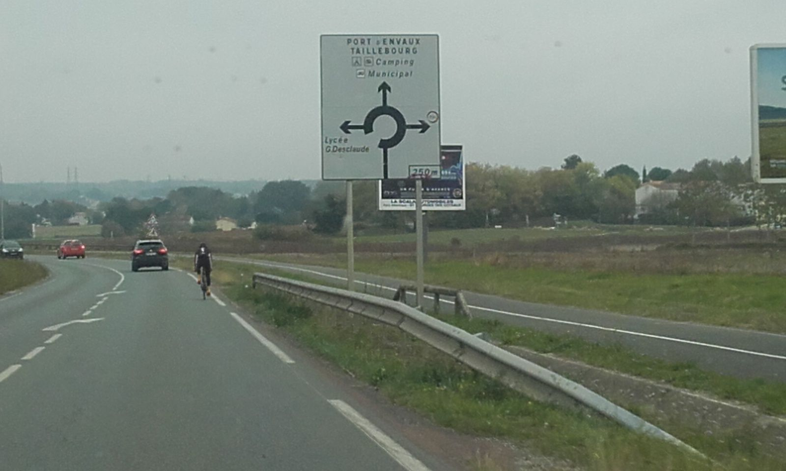 Nous ne sommes pas dans certaines ville du nord ou de Belgique, voir de Bruges ou vraiment les cyclsites sont les rois du pavet eur leurs petites reines.. et ils foncent... Attention piétons. Merci au fidèle lecteur pour ces images belges et flamandes.